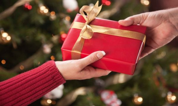 Expert Shares The 10 Rules Of Holiday Gift Giving Etiquette